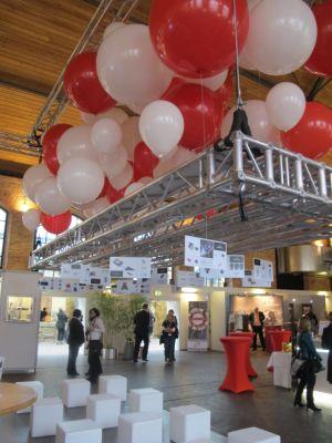 """Ein """"Ideenhimmel"""" auf der WEMA in Stuttgart: An Luftballons hingen Kärtchen mit Produktideen, kurz und prägnant aufbereitet."""