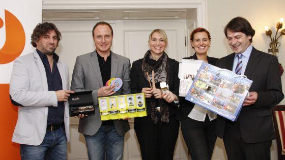 Die Jury des Promotional Gift Award mit ihren Lieblingsprodukten (v.l.): Michael Mätzener (diewerbeartikel gmbh, CH-Schwyz), Martin Zettl (marke[ding], A-Wels), Nana Kreyenberg (Volkswagen Zubehör GmbH, Wolfsburg), Eva Spahn (Lufthansa WorldShop GmbH, Frankfurt) und Michael Scherer (WA Verlag GmbH, Köln).