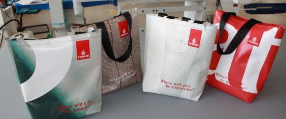 Bild 5_Emirates-Megaposter wird zu Tasche recycelt_Credit Emirates580x241