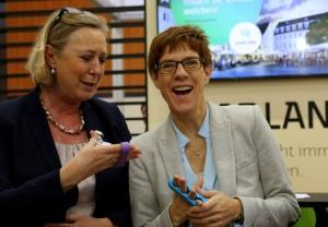Saarlands Ministerpräsidentin Annegret Kramp-Karrenbauer (r) hat Spaß am Daumentraining.