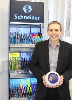 """Frank Groß, Geschäftsführer für Marketing und Vertrieb bei Schneider Schreibgeräte, freut sich über den Award zur """"Marke des Jahrhunderts""""."""
